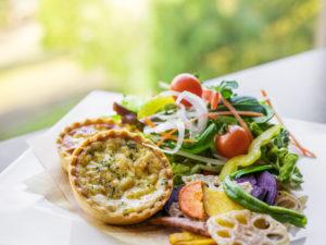 2種類の自家製キッシュとたっぷり野菜の サラダプレートセット